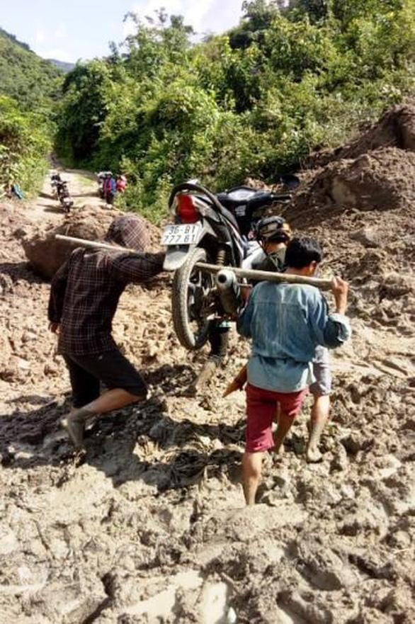 Thầy cô giáo gánh xe máy, lội bùn đến trường chuẩn bị năm học mới - Ảnh 1.
