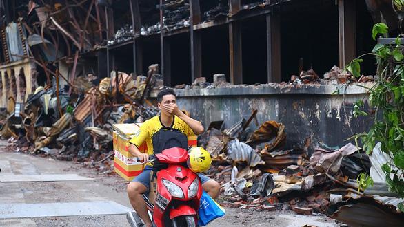Nguy cơ nhiễm độc sau vụ cháy công ty Rạng Đông: Người dân ngóng kết quả xét nghiệm - Ảnh 1.