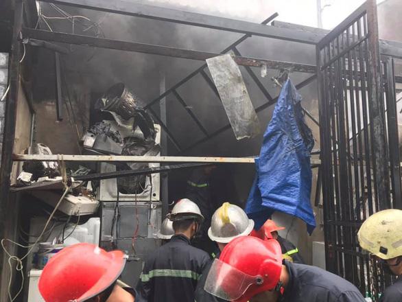 Cháy kho điện lạnh ở Thủ Đức, chỉ 15 phút dập xong nhưng tài sản bị thiêu rụi - Ảnh 2.