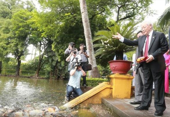 Tổng bí thư, Chủ tịch nước Nguyễn Phú Trọng dâng hương tưởng niệm Chủ tịch Hồ Chí Minh - Ảnh 6.