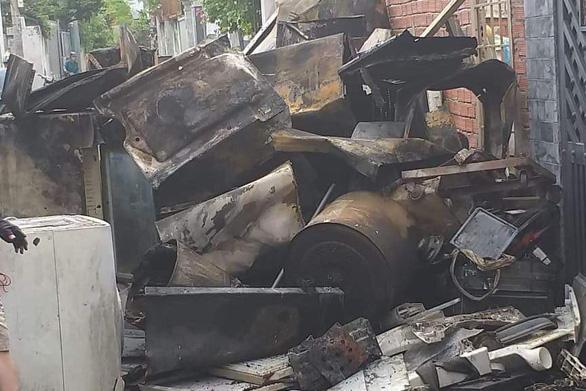 Cháy kho điện lạnh ở Thủ Đức, chỉ 15 phút dập xong nhưng tài sản bị thiêu rụi - Ảnh 4.