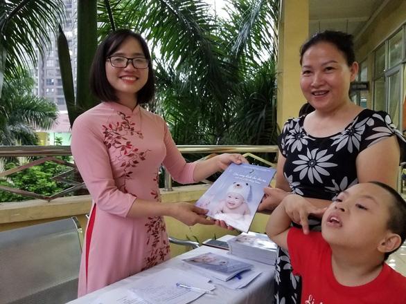 Cô giáo Tri thức trẻ vì giáo dục ra cẩm nang giúp nuôi con mắc hội chứng Down - Ảnh 1.