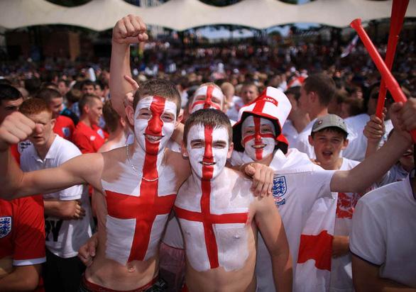 CĐV Anh hài hước khuyến khích nhau khiến vợ có thai để…xem Euro 2020 - Ảnh 2.