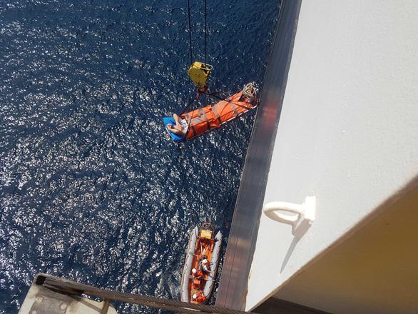 Cứu máy trưởng người nước ngoài bị mê man ở vùng biển Hoàng Sa - Ảnh 1.