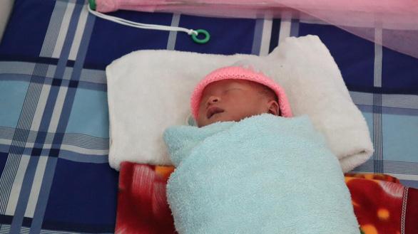 Bé sơ sinh trong bọc nilông được nhiều người xin nhận làm con nuôi - Ảnh 1.