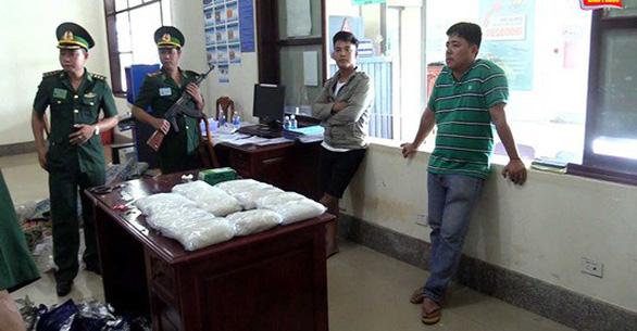 Bắt 15kg chất bột nghi ma túy đá tại cửa khẩu quốc tế Hoa Lư - Ảnh 1.