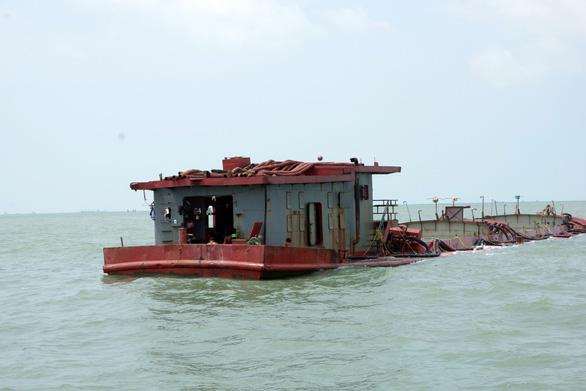 Tạm giữ 12 tàu chở cát chưa rõ nguồn gốc trên biển Vũng Tàu - Ảnh 1.