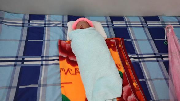 Bé sơ sinh trong bọc nilông được nhiều người xin nhận làm con nuôi - Ảnh 2.