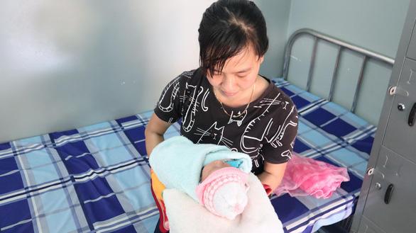 Bé sơ sinh trong bọc nilông được nhiều người xin nhận làm con nuôi - Ảnh 3.