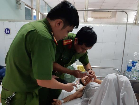 Đà Nẵng: cụ bà mổ cấp cứu được làm CMND ngay trên giường bệnh - Ảnh 1.