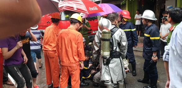 Giải cứu 3 người mắc kẹt trong đám cháy nhà 5 tầng ở Hà Nội - Ảnh 1.