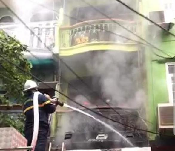 Giải cứu 3 người mắc kẹt trong đám cháy nhà 5 tầng ở Hà Nội - Ảnh 2.