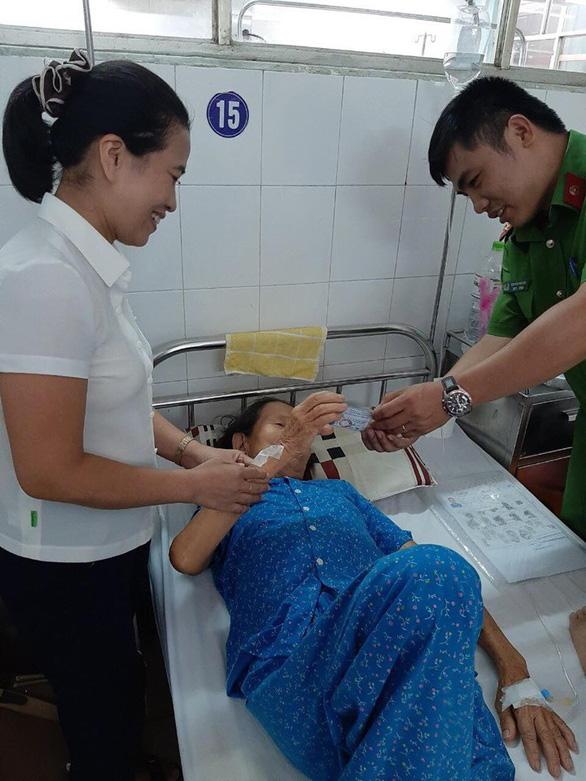 Đà Nẵng: cụ bà mổ cấp cứu được làm CMND ngay trên giường bệnh - Ảnh 2.