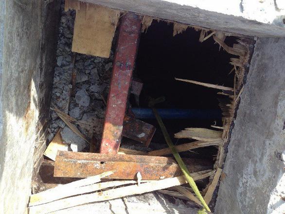 Ngạt khí khi dỡ cốp pha dưới tầng hầm, 2 người chết, 1 người nguy kịch - Ảnh 1.