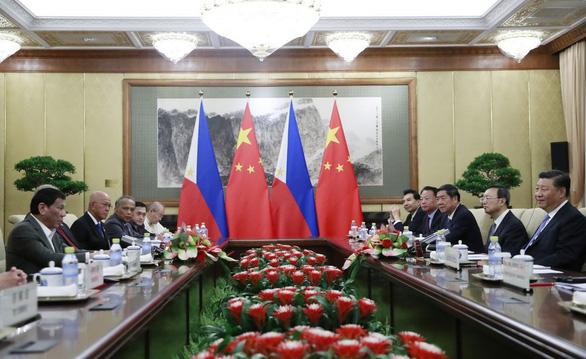Ông Duterte tuyên bố lờ phán quyết Biển Đông để khai thác dầu khí với Trung Quốc - Ảnh 1.