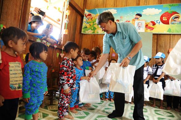 Chủ tịch Nam Trà My đi bộ nhiều giờ đến thăm, tặng quà, giấy khen cho cô trò Tắk Pổ - Ảnh 2.