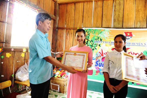 Chủ tịch Nam Trà My đi bộ nhiều giờ đến thăm, tặng quà, giấy khen cho cô trò Tắk Pổ - Ảnh 1.