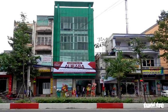Xử phạt công ty trưng biển hiệu sai phép liên quan địa ốc Alibaba - Ảnh 1.