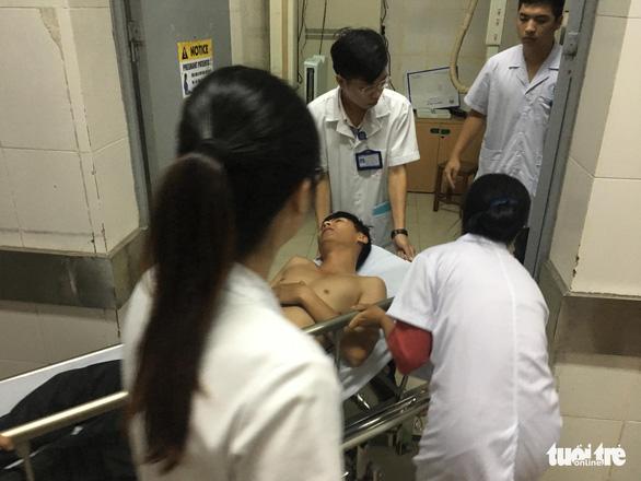 Cảnh sát cơ động nhập viện, nữ nạn nhân trúng pháo sáng là nhà báo - Ảnh 2.