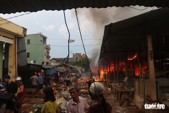 Cháy lớn tại chợ Mộc Bài Bình Định - Ảnh 2.
