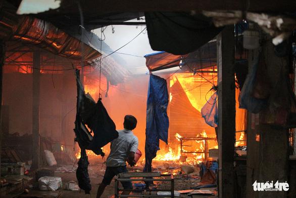 Cháy lớn tại chợ Mộc Bài Bình Định - Ảnh 3.
