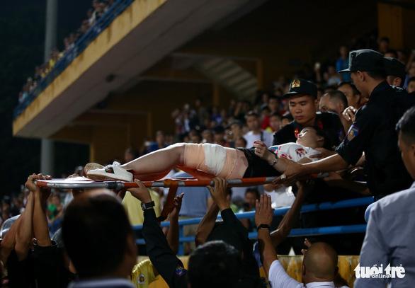 Khán giả chửi trọng tài, đốt pháo sáng gây đổ máu trên sân Hàng Đẫy - Ảnh 2.