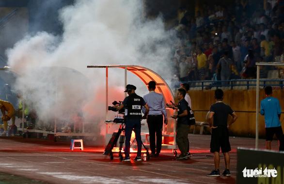 Khán giả chửi trọng tài, đốt pháo sáng gây đổ máu trên sân Hàng Đẫy - Ảnh 5.