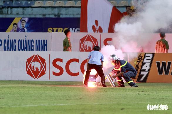 Khán giả chửi trọng tài, đốt pháo sáng gây đổ máu trên sân Hàng Đẫy - Ảnh 3.