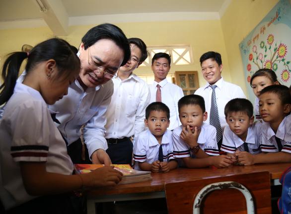Bộ trưởng GD-ĐT dự khai giảng bù, tặng máy tính cho trường vùng lũ - Ảnh 1.