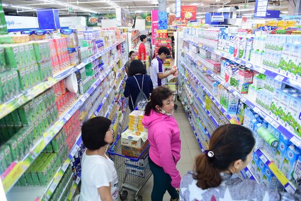 Siêu thị Co.opmart giảm giá gần 200 mặt hàng sữa - Ảnh 1.