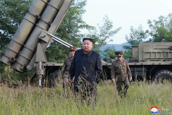 Ông Kim Jong Un cùng em gái xem thử vũ khí kiểu mới - Ảnh 1.