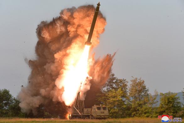Ông Kim Jong Un cùng em gái xem thử vũ khí kiểu mới - Ảnh 2.