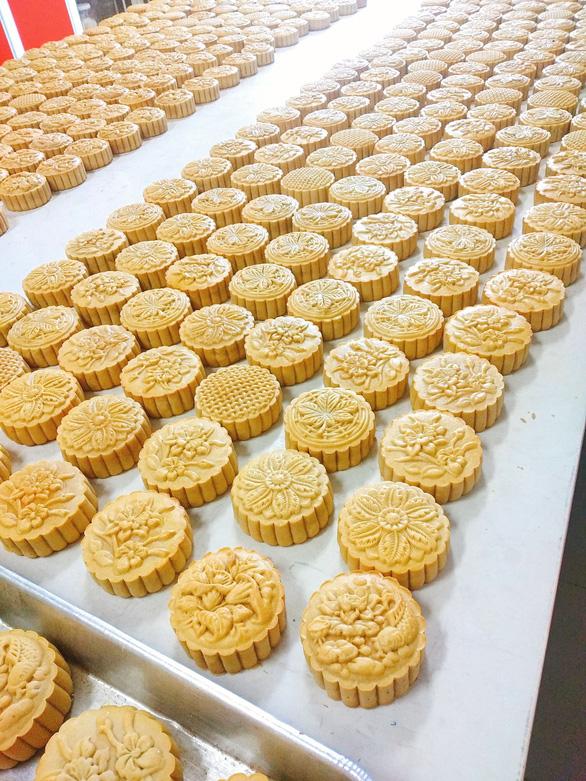 Người trẻ đam mê làm bánh trung thu handmade - Ảnh 2.