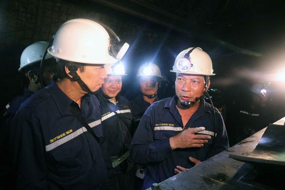 Bộ trưởng xuống hầm lò sâu 140m 'thăm dò' thợ mỏ về luật lao động - Ảnh 5.