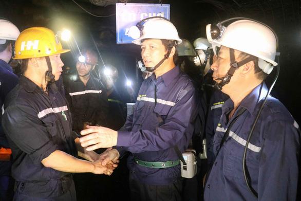 Bộ trưởng xuống hầm lò sâu 140m 'thăm dò' thợ mỏ về luật lao động - Ảnh 1.