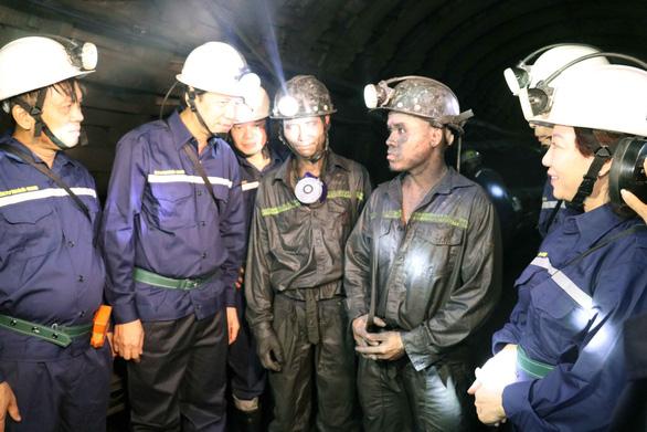 Bộ trưởng xuống hầm lò sâu 140m 'thăm dò' thợ mỏ về luật lao động - Ảnh 2.