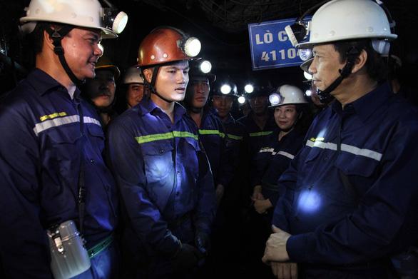 Bộ trưởng xuống hầm lò sâu 140m 'thăm dò' thợ mỏ về luật lao động - Ảnh 3.