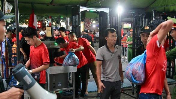 Vụ pháo sáng sân Hàng Đẫy: hôm nay ra án phạt với CLB Hà Nội và Nam Định  - Ảnh 1.