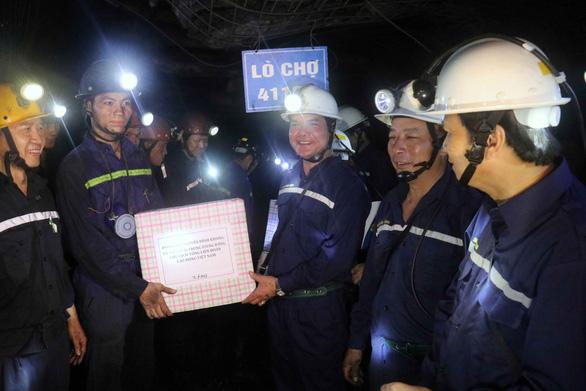 Bộ trưởng xuống hầm lò sâu 140m 'thăm dò' thợ mỏ về luật lao động - Ảnh 4.