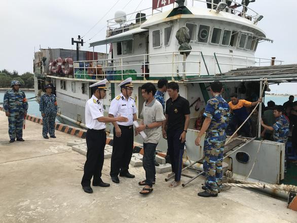 Hải quân cứu 46 ngư dân mắc cạn ở vùng biển Trường Sa - Ảnh 2.