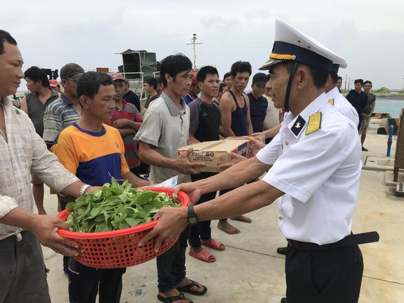 Hải quân cứu 46 ngư dân mắc cạn ở vùng biển Trường Sa - Ảnh 3.