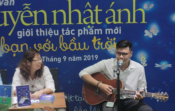 Làm bạn  với bầu trời: Cuốn sách thứ 45 của Nguyễn Nhật Ánh ra mắt đúng trung thu - Ảnh 1.