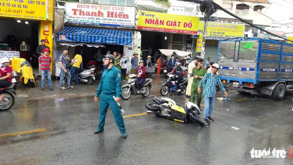 Xe tải nghi mất thắng húc 2 xe máy, 1 người chết - Ảnh 1.