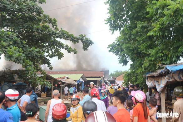 Tiểu thương bật khóc giữa tro tàn chợ Mộc Bài ở Bình Định - Ảnh 7.