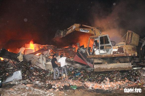 Tiểu thương bật khóc giữa tro tàn chợ Mộc Bài ở Bình Định - Ảnh 11.
