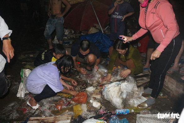 Tiểu thương bật khóc giữa tro tàn chợ Mộc Bài ở Bình Định - Ảnh 4.