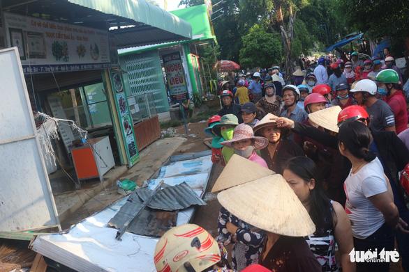 Tiểu thương bật khóc giữa tro tàn chợ Mộc Bài ở Bình Định - Ảnh 2.
