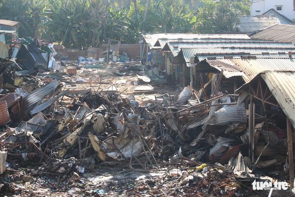 Tiểu thương bật khóc giữa tro tàn chợ Mộc Bài ở Bình Định - Ảnh 14.
