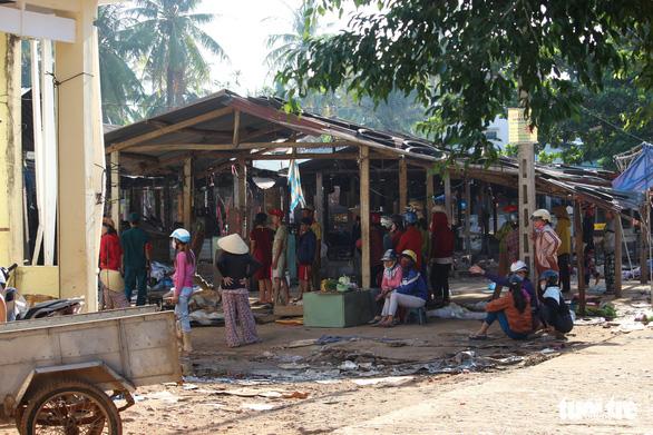 Tiểu thương bật khóc giữa tro tàn chợ Mộc Bài ở Bình Định - Ảnh 15.