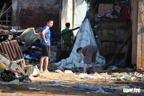 Tiểu thương bật khóc giữa tro tàn chợ Mộc Bài ở Bình Định - Ảnh 16.